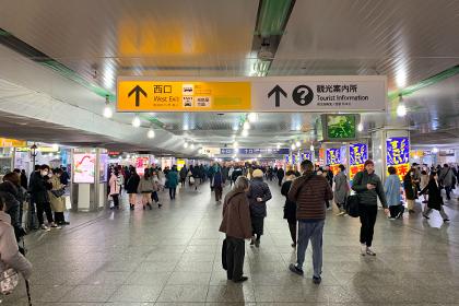 ① 横浜駅中央改札を西口方面に進みます