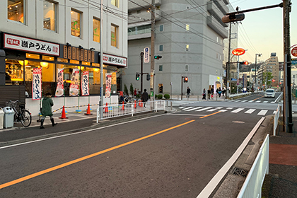 ⑪ すき家を左手に通り過ぎ、十字路を瀬戸うどん方面へ渡り、直進します