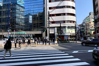 ⑦ マツモトキヨシの前の信号をジュンク堂書店の方へ渡ります