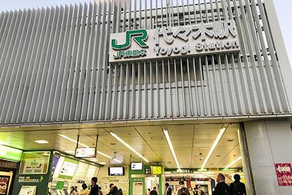 ① JR代々木駅西口から出ます