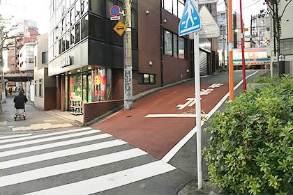 ⑤ 代々木一丁目の信号を通り過ぎ、ひとつめの道を右に進みます