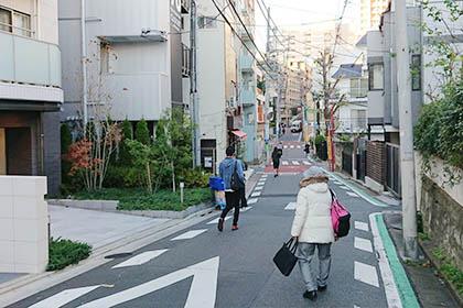 ⑦ 住宅街を道なりに進みます