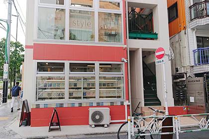 ⑦ 渡った先にある白とピンクの建物の地下1階に恵比寿店がございます