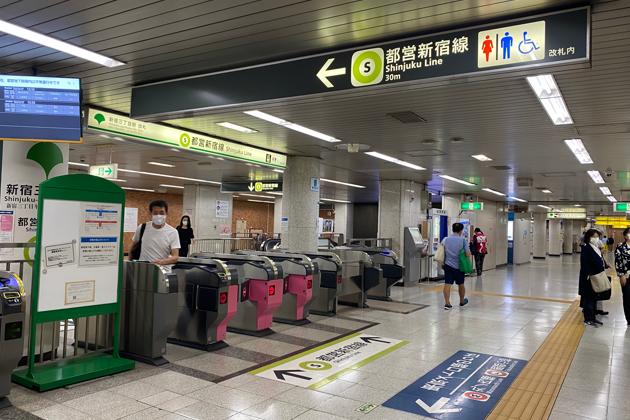 都営新宿線の改札口を左手に通過し、直進します。
