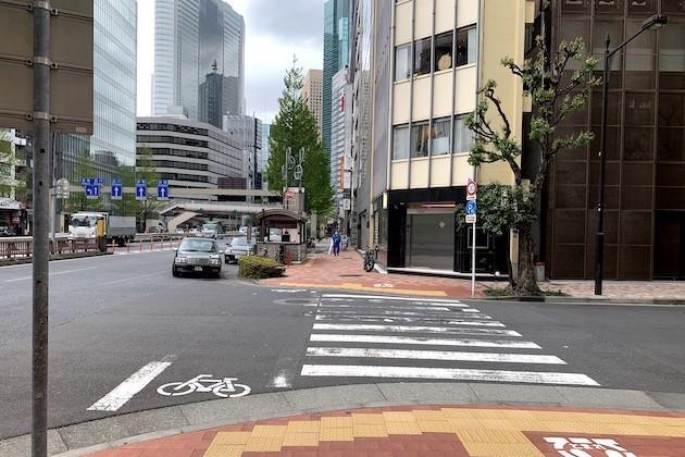 ④交差点を右に曲がり、直進します