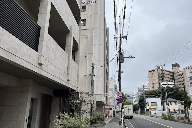 右に曲がると見えるMEIKIビルに藤沢店がございます