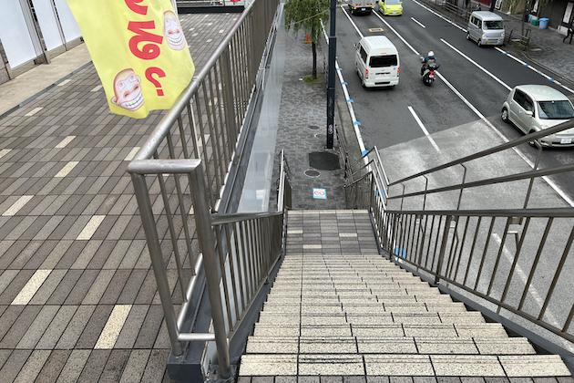 HAPPY G-FUJISAWAを左手に、階段を降ります