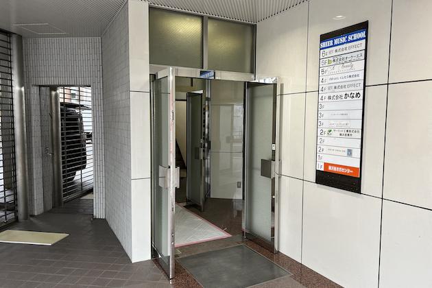 エレベーターにて2階までお越しください